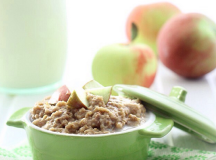 The Healthy Maven, otherwise known as Davida, features recipes for all sorts of healthy, wholesome meals like these apple pie steel cut oats, made in a slow cooker. Picture by @thehealthymaven.